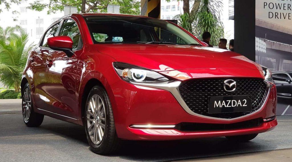 Mobil Mazda 2 warna merah di pameran