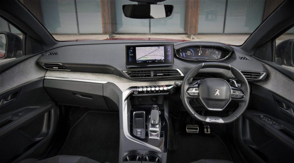 interior dalam mobil Peugeot 5008